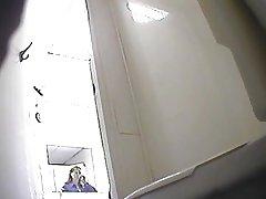 Mädchen pissing in einer Toilette-2
