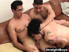 Kinky adolescente bits ama batendo com seus dois amigos com tesão