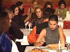 un restaurant orgie in public
