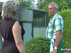 독일 할아버지와 할머니는 섹스에서 열심히 정원