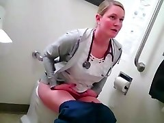 blonde Krankenschwester auf dem Klo