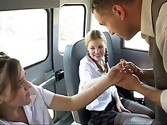 Koulutyttö toiminnassa bussissa