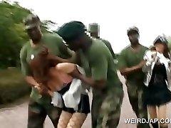 Asian sex slave gets fucked in militärischen-Gruppe sex