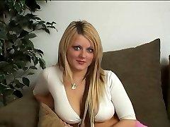 הבריטי כוכבת פורנו מקבלת זיין על הספה
