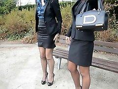 2 mladé sexy sekretářky ve vintage punčochy, & garterbelt