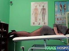 FakeHospital G taškinio masažo gauna karšto brunetka šlapias