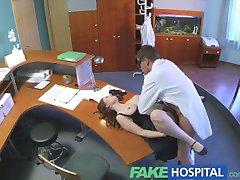 FakeHospital busty nowego pracownika ssie i pieprzy się w pracy