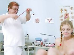 Super hot teen Jenny chez le médecin