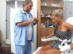 Blondynka Laura Ginekomastii Egzamin