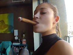 DD de fumer le cigare et strapon plein!