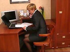 secreter dostať nohy, olizovanie a footjob v kancelárii