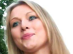 Femme sucer des inconnus bite dans la forêt de stationnement sur la route