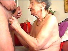 Бабуля любит играть на флейте 1