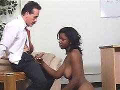 Fille noire se fait baiser par une femme dominatrice et un gars