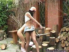 Risanka teen Rezanje lesa in oblizivanje muco