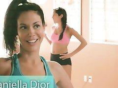 Veľké prsia, inštruktor a dve brunettes jogy, zatiaľ čo nahé