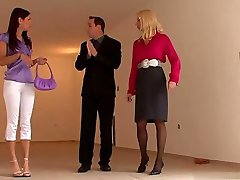 Gros seins de femme au foyer de sperme dans la bouche