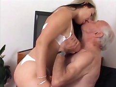 Vieil homme baise adolescent infirmière