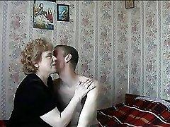 Russe, femme au foyer avec des performances