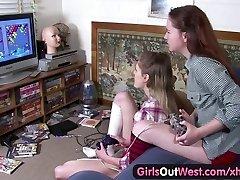 Les filles Out West - Poilue et maigre Aussie lesbiennes poussins