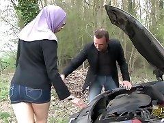 Sarah AbdelKhader suce sonnie mec dans la voiture Beurette Journey