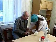 Miła pielęgniarka nastolatek poleciał na brzydki Stary pacjent