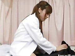 Zdenerwowany pacjent zawsze je je cipki azjatyckiej pielęgniarki