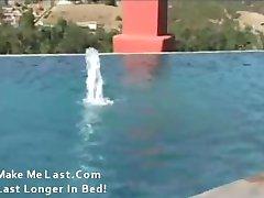 Hete Brunette kont geneukt bij het zwembad