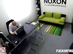 Geile blonde secretaresse neukt met haar baas op kantoor