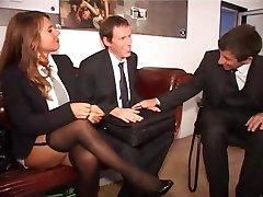 Twee duitse secretarissen maken een goede indruk op de baas en zijn compagnon
