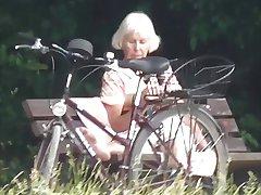 Teaser - Offentlig cumshot for Bestemor i parken