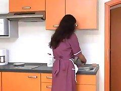 شعر الخادمة مارس الجنس من قبل كبار الطهاة BVR