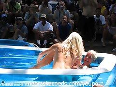 芝加哥的业余油摔跤在裸体的度假村
