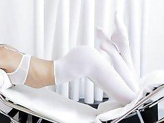 Tiener trekt haar panty en genieten van haar solo scene
