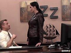 Hete rondborstige brunette Milf secretaresse neukt de baas' grote lul in office