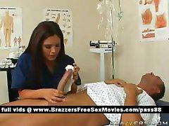 Gorąca brunetka pielęgniarka sprawia, że pacjent wanna