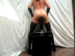 Gigantische dildo op een stoel deel II