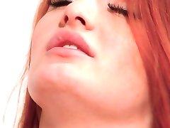 Zacht en geschoren roodharige Denisa de Hemel heeft een krachtige orgasme