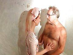 العجوز المنحرف قرنية الملاعين الصغار خادمة الفندق