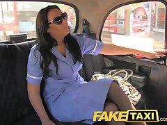 FakeTaxi niegrzeczny pielęgniarka w kabinie spowiedź