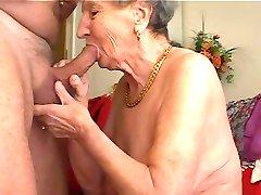 Oma houdt van te spelen op de fluit 2