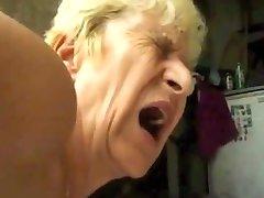 Stygg Bestemor blir DP-cum piss farts av satyriasiss