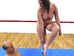 大屁股的女主人faccesitting混合摔跤