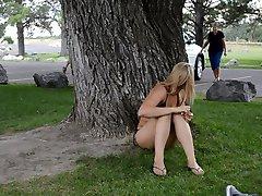 Vruća Plavuša u bikiniju seks u parku uhvate