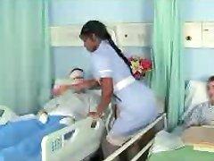 Murzyn pielęgniarka Jaśmin w dobrą robotę