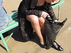 Meitene tan zeķes bez biksītes mainot shues