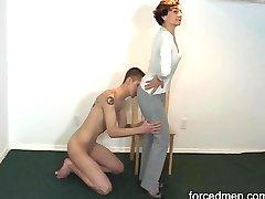 Γυμνή σκλάβος γλείφει ερωμένη πόδια για τη λατρεία