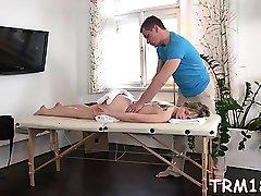 Vleselijke massage olie maakt engel geef natte orale stimulatie