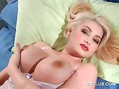 Blonde sex bombe som behager twat med vibrator