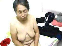 Aziatische Oma gekleed na de seks